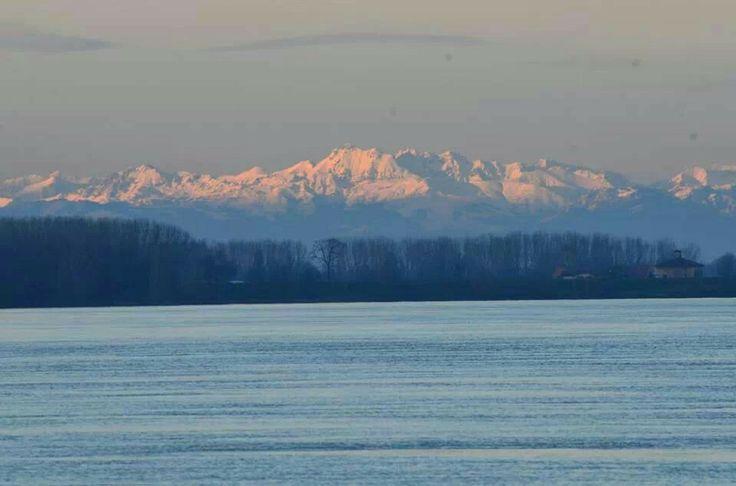 fiume Po Alpi sullo sfondo