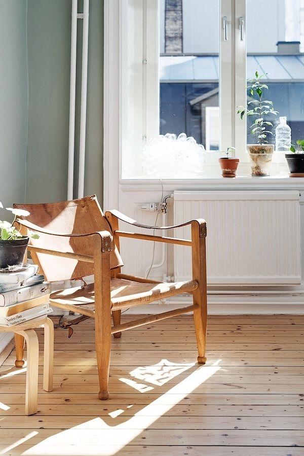 A calm Swedish apartment in green and cognac. Alvhem