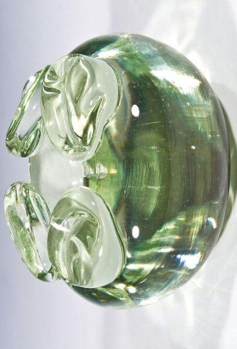 Vasenobjekt André Thuret, 1940 - 1950 Leicht grünliches, dickwandiges Glas, geblasen und geformt. Auf Schulter vier gekniffene, applizierte Nuppen. Boden in Diamantriß bez. ''andre thuret''. H. 16,3 cm