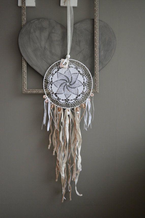 Dream catcher vintage lace --- Dromenvanger met een vintage kanten doily in zacht zalm, wit en lichtbruin tinten --- Een mooi cadeau of een verfijnde decoratie