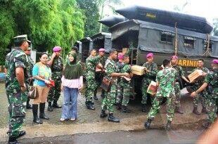 Satgas Banjir Korps. Marinir TNI -AL sedang menyalurkan bantuan yang diterima dari masyarakat, untuk membantu masyarakat yang mengalami musibah banjir di daerah Bukit Duri, Jakarta Timur