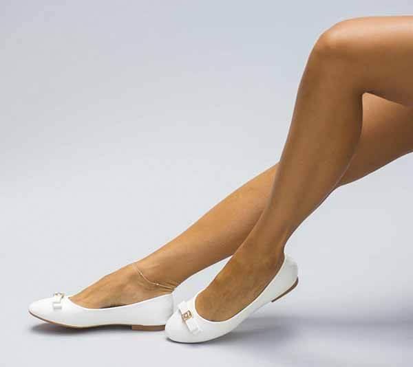 Balerini albi, cu funda ce sunt fabricati din piele eco lacuita.