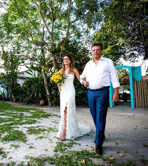 """Tatiana e Gutti escolheram Trancoso como cenário para dizer o """"sim"""". O casamento aconteceu num dia ensolarado, com direito a céu azul, arco-íris e uma lua"""