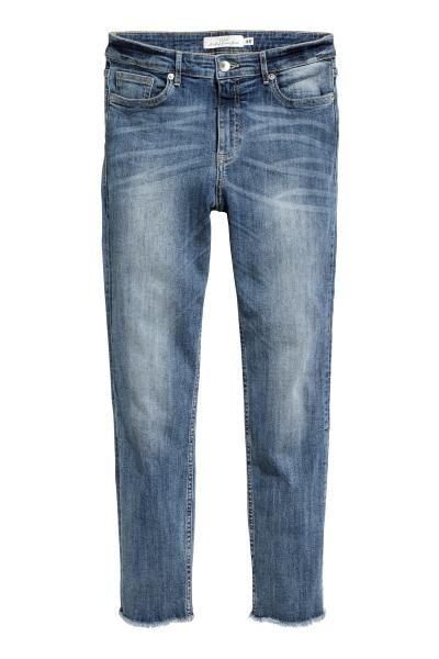 Vaqueros tobilleros de cinco bolsillos en denim lavado y superelástico con detalles desgastados. Modelo ajustado con cintura estándar, cierre con cremallera