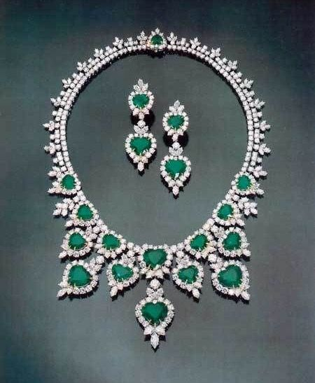 Emerald diamond and platinum necklace and earrings for Harry winston jewelry pinterest
