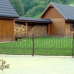 Kovaný plot  - chalupa - ' Na samote u lesa'
