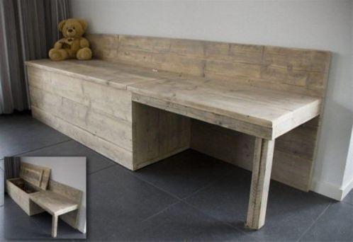 speelgoed tafel/opberg kist van steigerhout gemaakt.