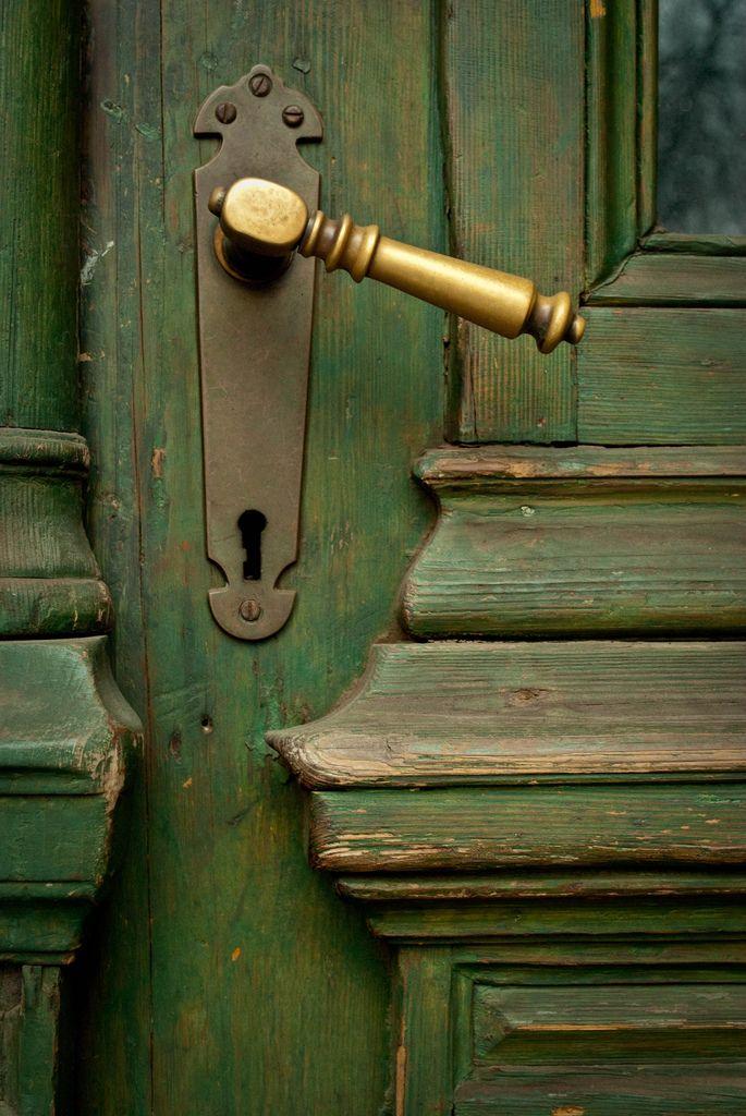 Les cuivres poignée de porte ~ Lovely brass handle.