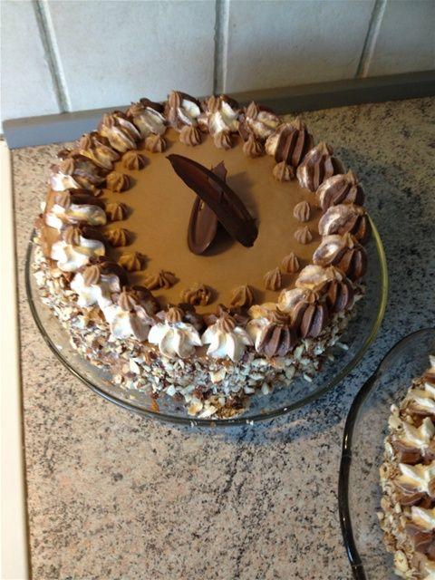 valnødde-Nougatlagkage http://www.dr.dk/Mad/opskrifter/Det_soede_liv/20120924125251.htm  af METTE BLOMSTERBERG4 stk.æg165 g.sukker100g.finthakkede valnødder150 g. hvedemel1 tsk. bagepulver- 1 kagering 24 cm. i diameter- Bagespray eller smagsneutral olie til at smøre formen med- ca. ...