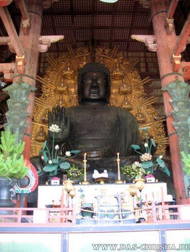 Eine der größten Buddhistischen Bronzestatuen im Todai-ji-Tempel in Nara, Japan