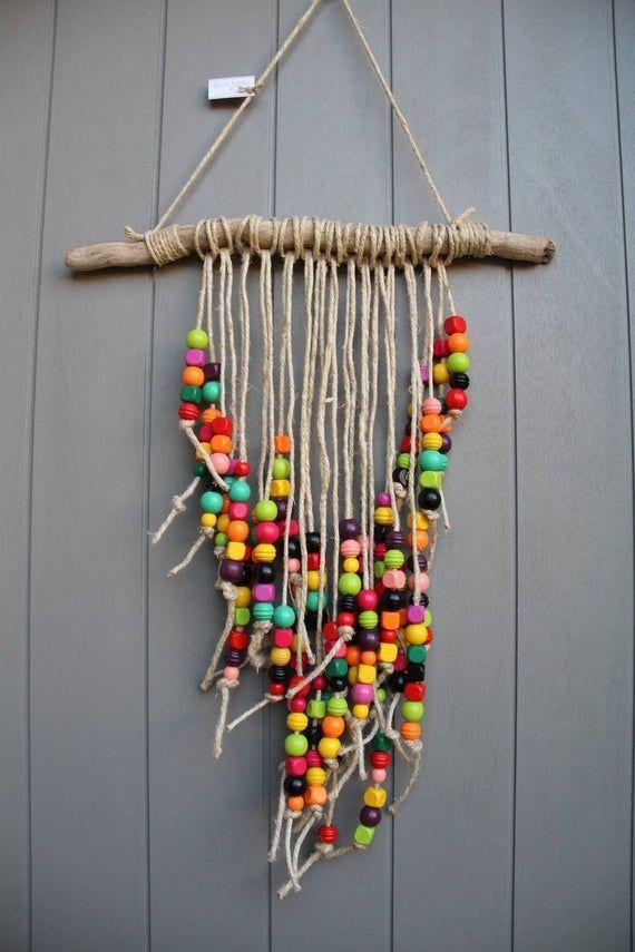 Móvel colorido com contas de madeira muito coloridas, troncos e barbante rústico   – Ideen für das Holzhandwerk