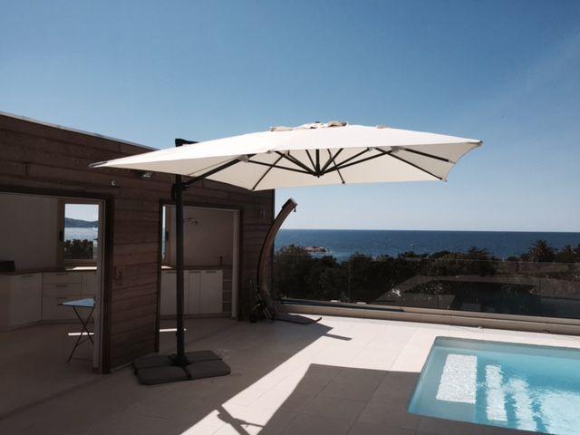 St Jean de Luz : parasol déporté 3x4m. Structure robuste en aluminium recouverte de peinture anthracite, mât ovalisé, toile déperlante et très dense de 240g/m², très grand parasol de jardin. Housse offerte. Ce parasol de piscine est inclinable, rabattable et rotatif à 360°C.  Retrouvez ce parasol de terrasse ici : http://www.alicesgarden.fr/parasol-tonnelle/parasol/parasol-deporte-rectangulaire-de-3x4m?selected=127#upload-photo-customer-form #parasol #jardin #déco #design