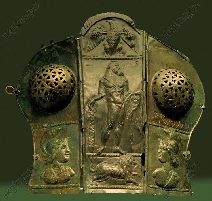 HERKULES / BRONZENE ROSSSTIRN / 3. JH.Römisch, 1. Hälfte 3. Jahrhundert.  Dreiteilige Roßstirn: Stehender Herkules mit Adler und Löwe (zentrale Stirnschutzplatte), Minerva und Virtus (Seitenplatten).  Bronze, Höhe 41,5 cm, Breite 46,8 cm. Fundort: Eining. Inv. Nr. 1978,125.