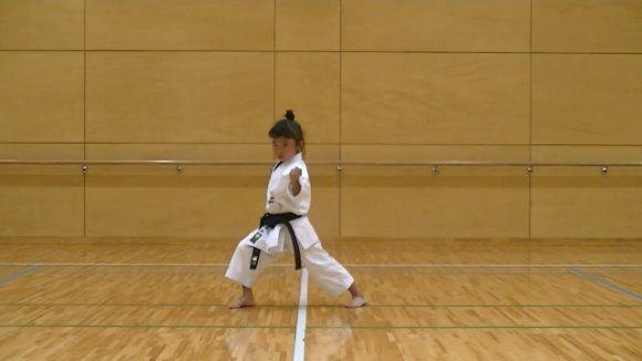 une petite fille de 7 ans ceinture noire de karaté [video] - http://www.2tout2rien.fr/une-petite-fille-de-7-ans-ceinture-noire-de-karate-video/