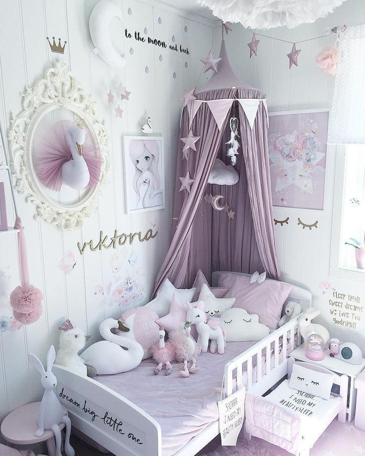 Entzückendes Mädchen Schlafzimmer Dekor, blass lila und weiß. – #bequeme #Bettzimmer