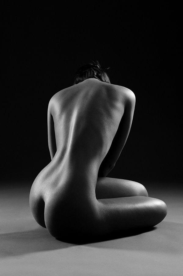 VISTO-ME DA TUA ESSÊNCIA Sou sonhadora Dominada pelo sonho Pelo amor Na noite tranquila sou desejo Doçura nas madrugadas Na intimidade das palavras Visto-me da tua essência Dominada pela sedução Dos teus dedos que me desnudam