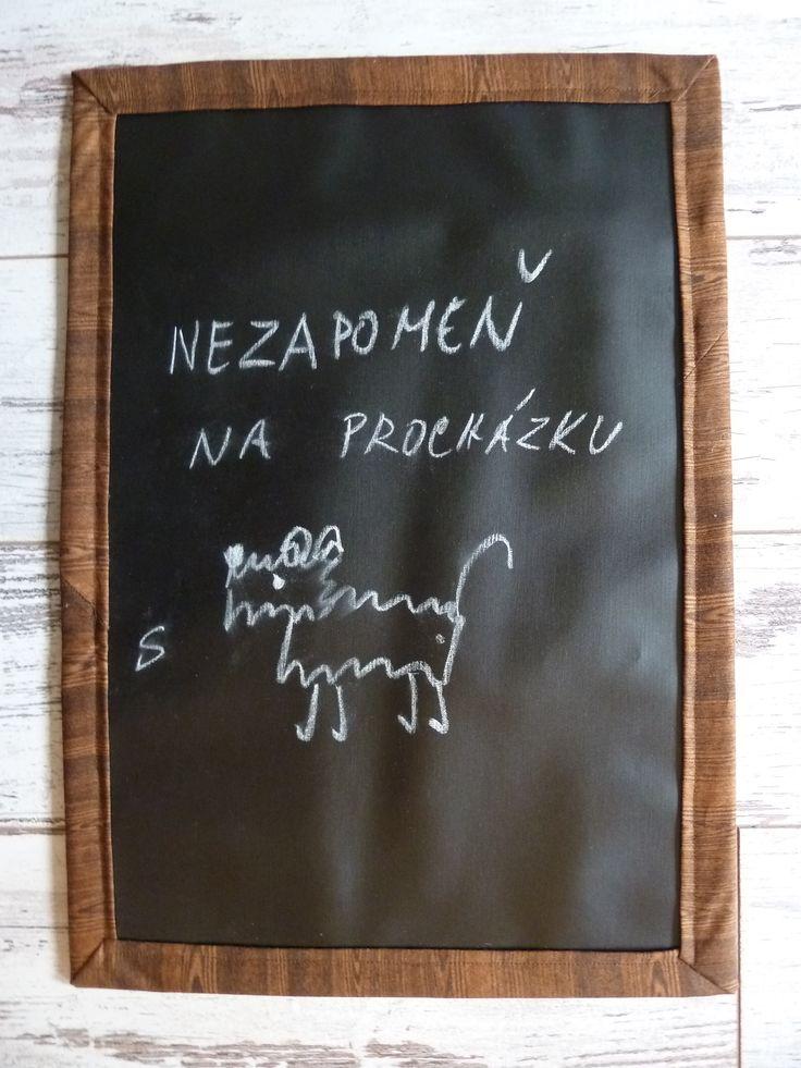 Tabulka Tabule je ušita z tabulové látky, podložena sakonem a bavlněnou hnědou látkou, orámovaná je dovozovou látkou s dřevěným vzorem. Na zeď se připevňuje pomocí dvou poutek, lze ji také použít na stole jako součást narozeninového prostírání a napsat na ni třeba přání. Je lehoučká, skladná, psala jsem na ni obyčejnou křídou, která šla pěkně smazat vlhkou ...