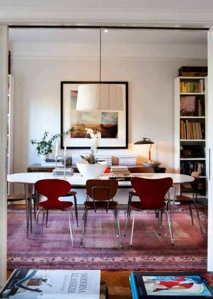Runt matbordet Superellips står en blandning av stolar från Thonet, Myran och Sjuan från Fritz Hansen och gamla skolstolar. På väggen bakom hänger ett fotografi av Jacob Felländer. Den Bærtlinginspirerade tavlan, målad av John Virke, hörde till Maximteaterns dekor.