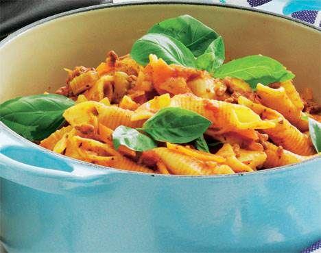 Pastagryde med oksekød og tomatsovs