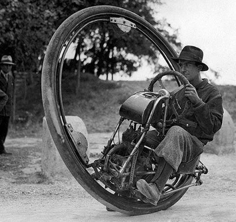 Motocicleta de una sola rueda a 93 MPH