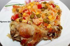 Курица с рисом и овощами по-каталонски -  Для приготовления курицы с рисом и овощами по-каталонски понадобится: куриные голени — 4 шт. (можно бёдра, грудку); лук репчатый – 1 шт.; морковь – 1 шт.; перец болгарский – 1 шт.; помидор — 1 шт.; зеленый горошек – 1 баночка; кукуруза — 1 баночка; чеснок – 2 зубчика; рис – 1 стакан; вода/бульон – 1,5-2 стакана; соль, специи – по вкусу; растительное масло для жарки.