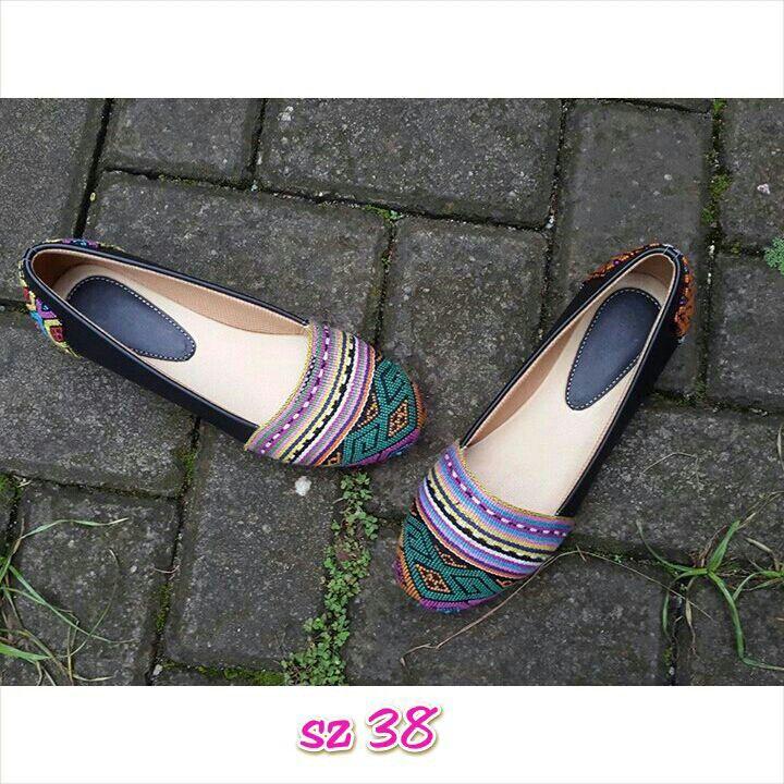 Sepatu tenun mix kulit,minat hub. Ke Facebook: shop lombok, Instagram: