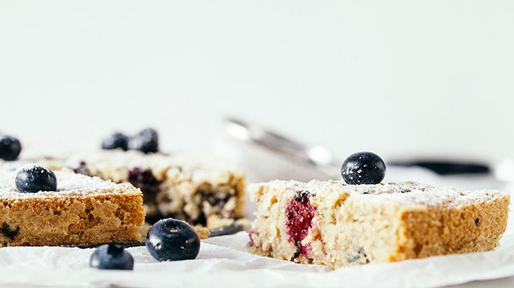Oat and mixed berries cake