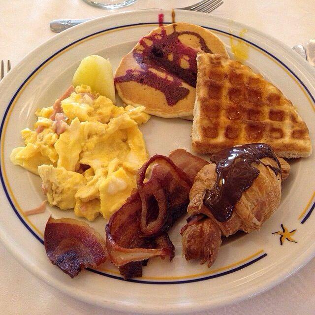 Un rico desayuno al estilo americano, huevos revueltos, tocino, jamón y waffles con salsa de chocolate!!!!