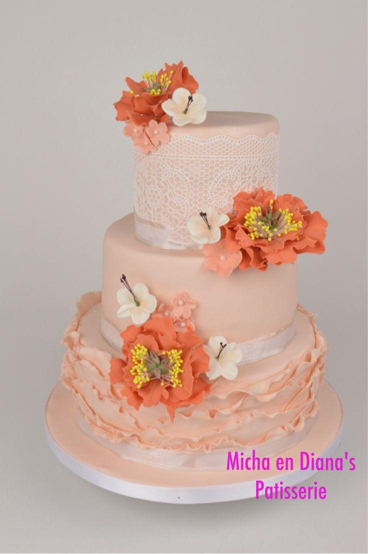 Bruidstaart in de kleur perzik met open pioenrozen.