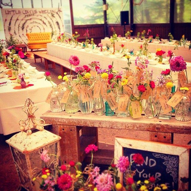自分の名前がついた瓶に好きなお花を入れて、席へ着く お花のエスコートカード。 #escortcard #wedding #originalwedding #weddingdecoration #crazywedding #クレイジーウェディング #reception #display #flower
