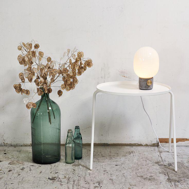 JWDA beton lampe fra Menu er en smuk lampe, som er inspireret af traditionelle olielamper. JWDA lampen passer perfekt i enhver indendørs stil. Lampen er designet af Jonas Wagnell. Findes også i mørkegrå/stål.