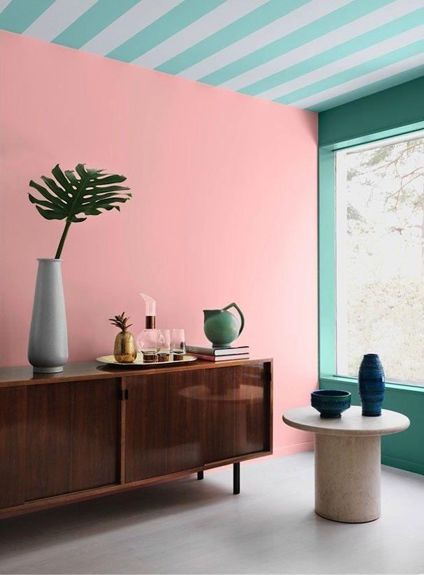 Rose Quartz, ou Rosa Quartzo, foi escolhida como a cor do ano de 2016! Ela caiu muito bem nessa parede, e o contraste com o aparador de madeira vintage e o teto listrado de turquesa ficou ótimo, não é mesmo? Confira mais 19 ambientes com o tom clicando na imagem! <3
