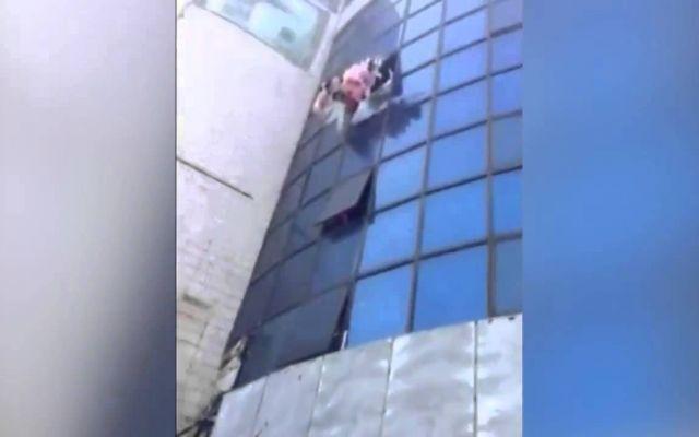Giovane ragazza costretta a saltare dal quarto piano di un edificio a causa di un incendio Una giovane ragazza decide di saltare dal quarto piano dell'edificio in cui si trovava, per sfuggire alle fiamme.L'eroica azione di salvataggio è stata filmata da un telefono cellulare. Un gruppo di