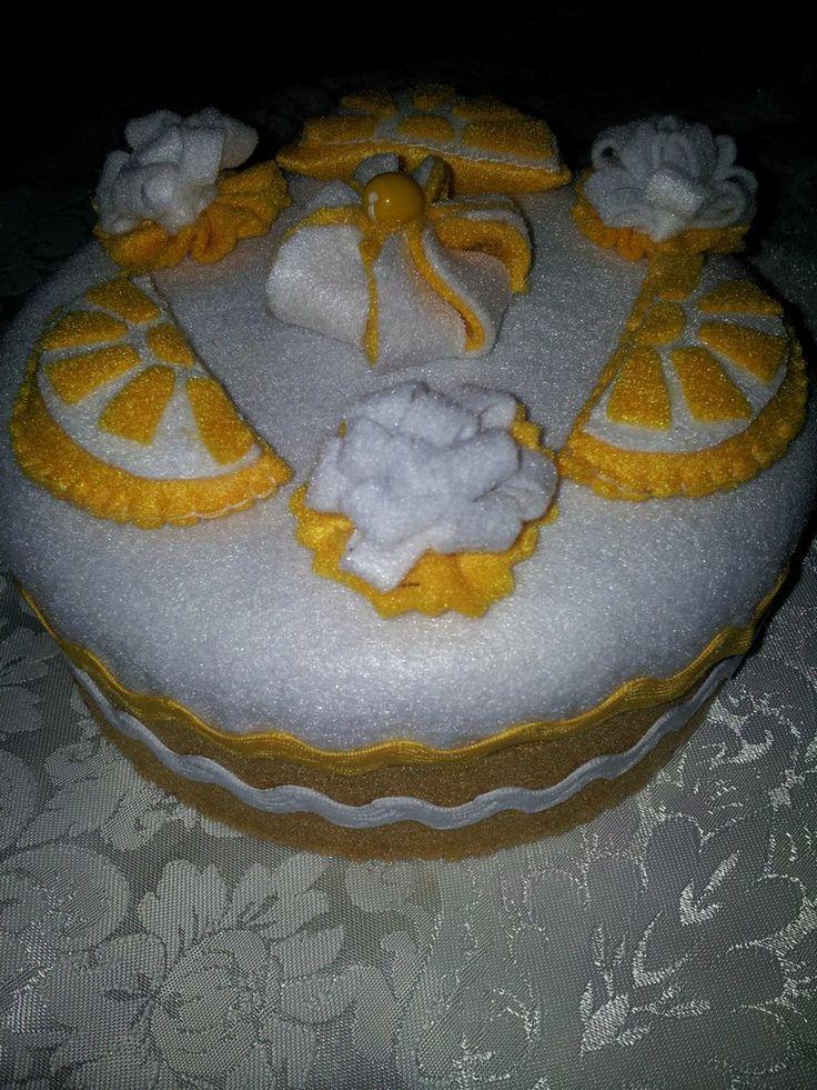 scatola feltro torta al limone, by Il Fantastico Mondo di Fio, 10,00 € su http://www.misshobby.com/it/oggetti/scatola-torta-al-limonein-feltro?fb_action_ids=10203041043495802&fb_action_types=misshobby%3Aput_on_sale