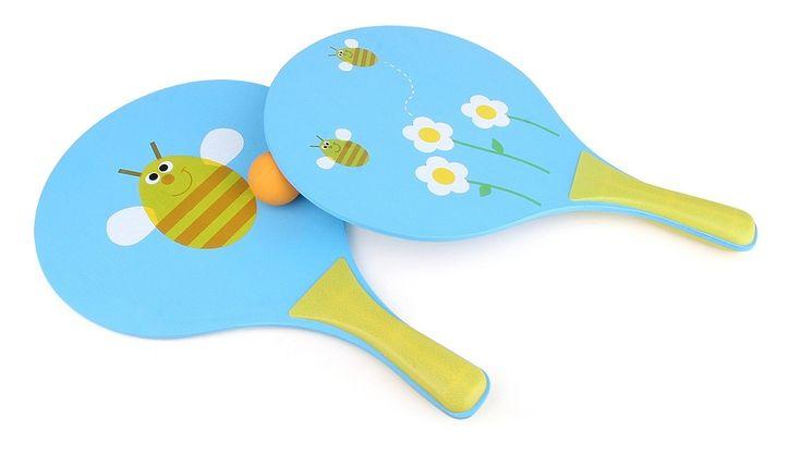 Leuke beachball set inblauw met bijen en bloemetjes. De set bestaat uit twee betjes en een geelballetje. Leuk om mee spelen in de tuin, op straat of op het strand! Afmetingen: Lengte 37,5cm x Breedte 24cmx Dikte 2,3cm. - Beachball Bij