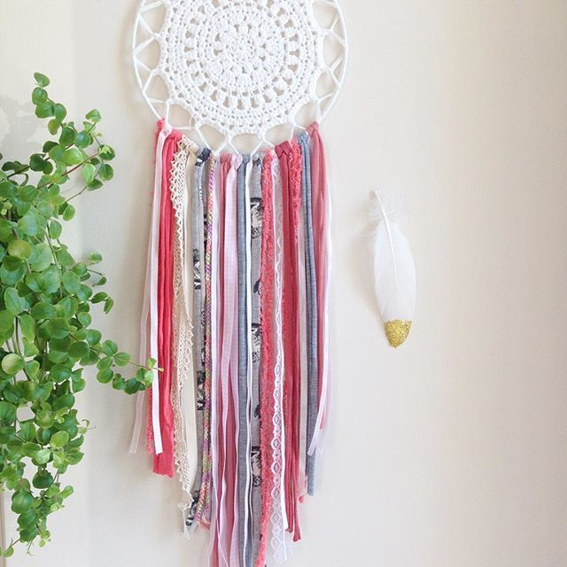 Mandala dreamcatcher Satya. A modern style and Satya means the truth...the color white always appeals us purity, truth, innocence.... one of my favorite #atelierprya #dreamcatcher #mandaladreamcatcher #satya #truth #handmade #attrapereve white