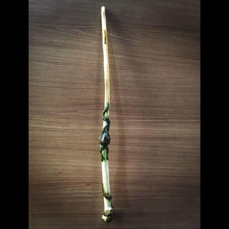 Varinhas Artesanais - Varinha Artesanal em madeira com pedras e pena. #varinha #magia #bruxaria #varinhamagica #natureza #nature #artesanato #arte #bruxo #bruxa #bruxos #mago #magos #feitiço #energy #gogreen