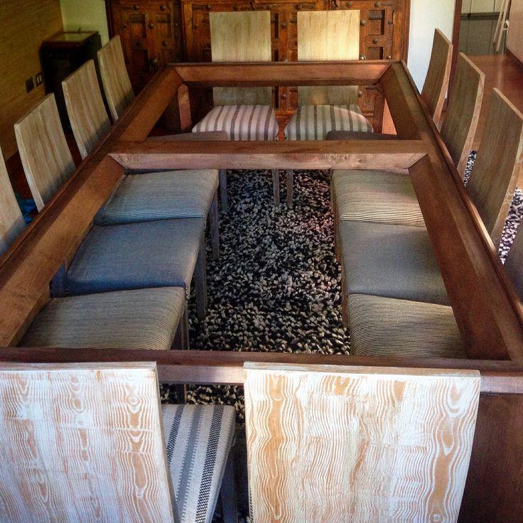Mesa de comedor pulida y teñida café + sillas con pátina veteada café y gris
