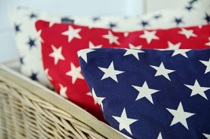 Poduszki w gwiazdki- ponadczasowy i uniwersalny wzór, polecany szczególnie do pokoju młodzieżowego, obowiązkowy element dekoracyjny pokoju urządzonego w barwach flagi amerykańskiej. Do kupienia na www.hamptons.pl