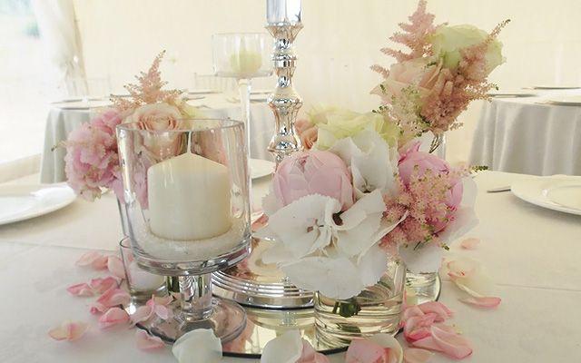 Matrimonio vintage e rustico in Toscana. Peonie, rose inglesi, ortensie in tonalità rosa pastello. Dettagli antichi come candelabri, pizzo e lanterne.