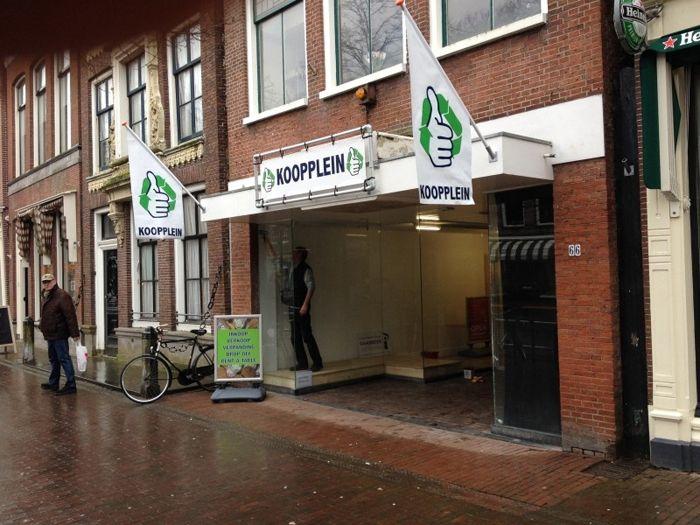 """Koopplein.nl heeft een nieuwe mijlpaal bereikt, de eerste Kooppleinwinkel in Nederland is geopend in Harlingen. Het fysieke verkooppunt moet de online verkoop via het lokale Koopplein versterken. Eigenaar Stephan Gaasbeek ziet de shop als een mooie aanvulling. """"Via de Kooppleinwinkel kunnen we veel bezoekers en...▶Lees meer..."""