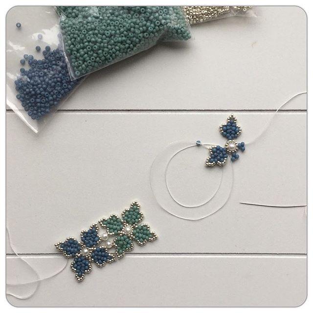 Voor het eerst sinds de verbouwing wat geregen! Heb ze gemist mijn kralen, heerlijk om weer te doen —- Did some beadweaving for the first time after the home renovation...really missed my beads!! #miyuki #miyukibeads #kralen #kralenrijgen #beadweaving #beadedjewelry #flowers #flowerbeading #bracelet #armband #wip #myloveforwip #maakhetffvankralen #crafting #craftastherapy #craft #craftspire #beadstringing