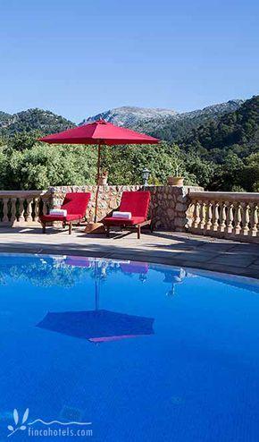 Pool with a view - herrlicher Ausblick über die Berge der Tramuntana vom Landhotel Can Beneit auf Mallorca. Das kleine Hotel befindet sich im Nordosten der Insel und ist ideal für Wanderer und Naturliebhaber geeignet.