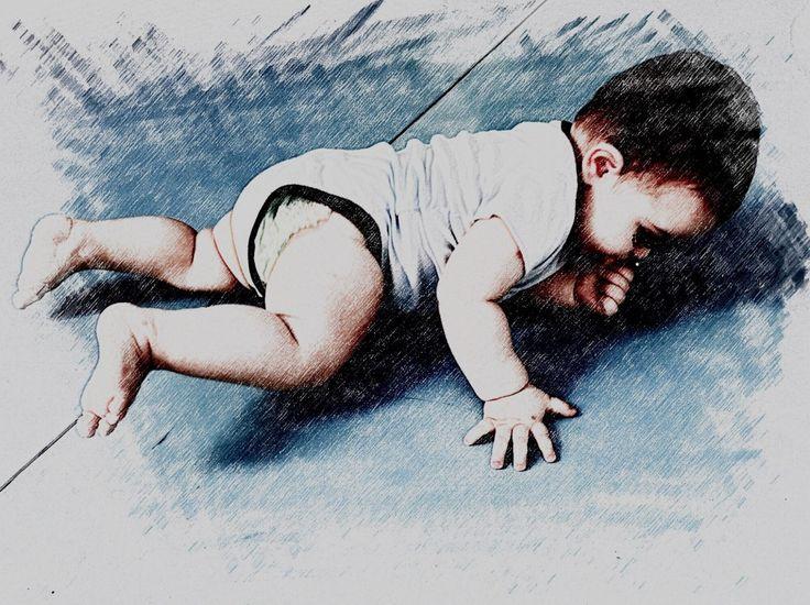 O rolar é muito importante para o desenvolvimento do bebê. Representa sua primeira forma de locomoção e é adquirido antes que o sentar. Deitado de barriga para cima o bebê movimenta cada vez mais livremente os braços e pernas no ar. Pouco a pouco ele vira a cabeça pra o lado e levanta um ombro do chão depois o quadril e todo o tronco se vira ficando deitado de lado. Um outro caminho possível ocorre quando o bebê eleva as pernas sobre o tronco e em seguida elas caem para o lado. O tronco e o…