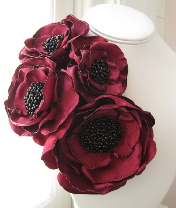 broche de la flor de tela - hecho de encargo - pin de ramillete de cuatro floración en rojo de invierno con centros de grano semilla - MAYA