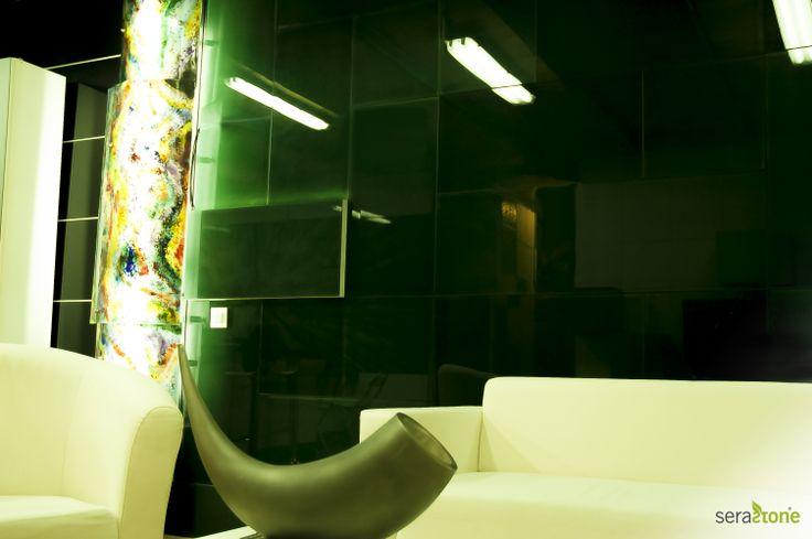Revestimiento de pared en vidrio con relieves e iluminación LED. Crea el ambiente en cual te sientas más cómodo con Serastone! http://www.serastone.com/serastone-decoracion-avanzada/