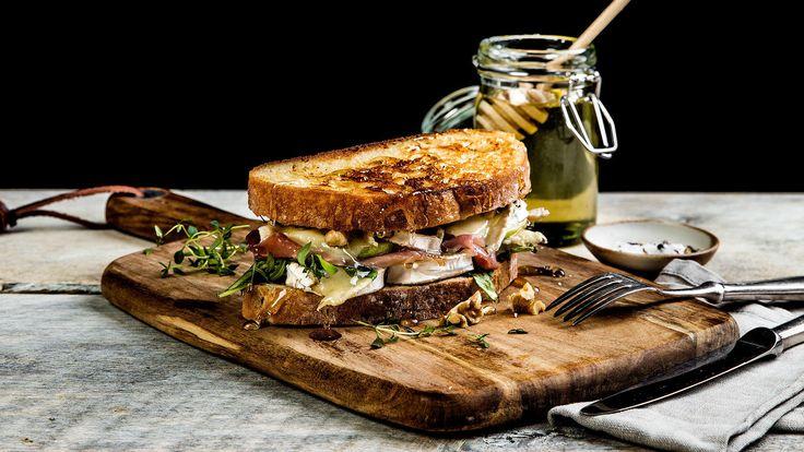 Kremet chevre og salt spekeskinke sammen med søte nøtter og frisk timian. Perfekt til lunsj eller piknik i parken.