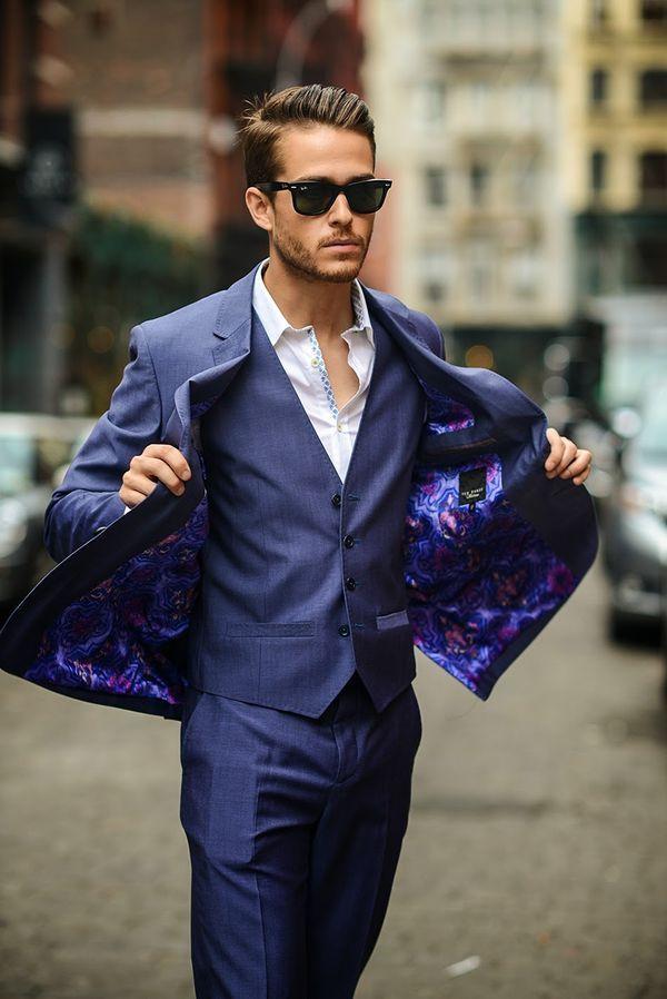 明るめネイビーのスリーピーススーツでグラマラスに。オフィスシーンでも着れる着こなし。30代アラサー男性におすすめのスーツベスト。