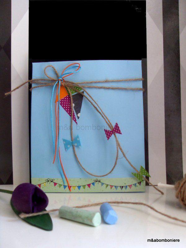 Για να δώσουμε πνοή και αέρα στα όνειρά τους... Γαλάζια μπομπονιέρα με έναν πολύχρωμο χαρταετό από σχοινάκι, κορδονάκια και washi tape. Τιμή: 2,00 ευρώ.