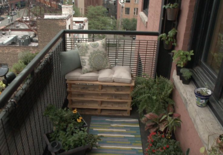 If you can use some extra outdoor seating for your balcony or patio, this FREE project might be for you. Amy Guth shows us how to take some free wood pallets to create a small bench. It's a DIY project that can fit just about any budget.